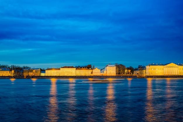 Nocny widok na mierzeję wyspy wasiljewskiej. sankt petersburg. rosja.