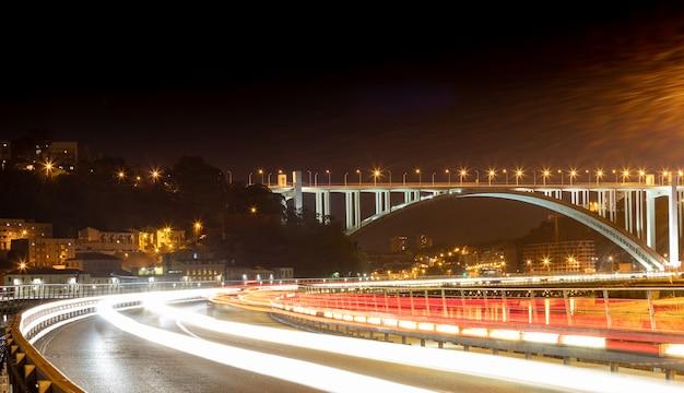 Nocny widok na most arrabida w porto w portugalii - oporto
