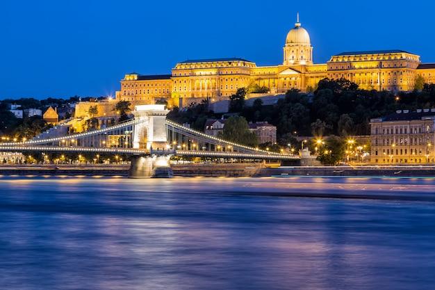 Nocny widok na most łańcuchowy szechenyi