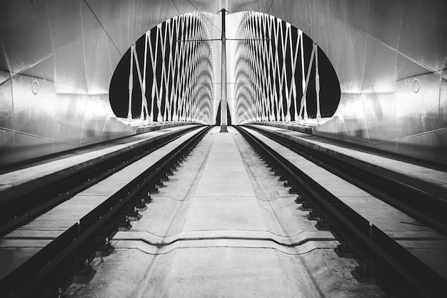 Nocny widok na most troja, praga