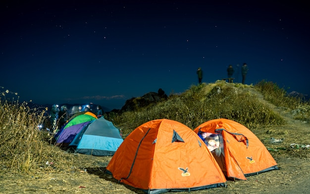 Nocny widok na obóz namiotowy na świeżym powietrzu, nepal.