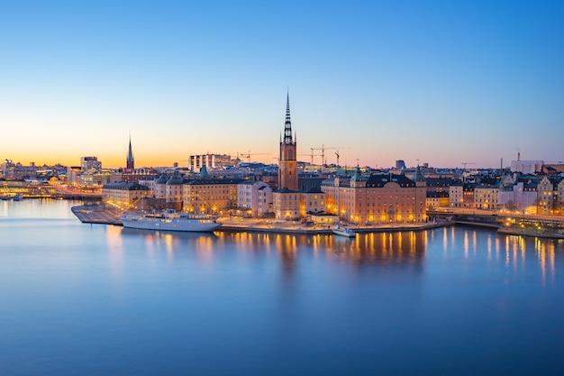 Nocny widok na panoramę miasta sztokholm stare miasto w szwecji