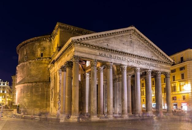 Nocny widok na panteon w rzymie