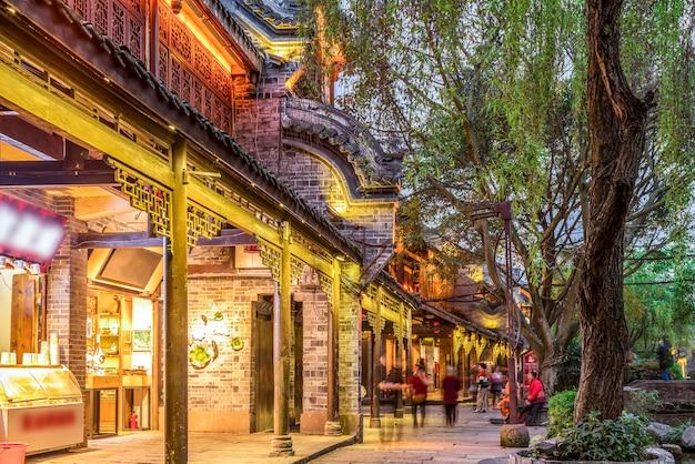 Nocny widok na starożytne miasto huanglongxi w chengdu