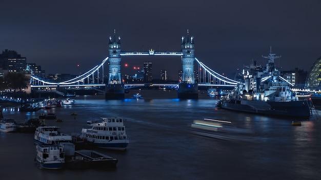 Nocny widok na tamizę i tower bridge w londynie