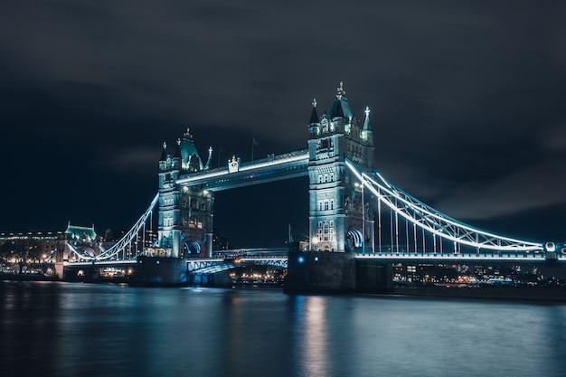 Nocny widok na tower bridge i tamizę, londyn, londyn, wielka brytania