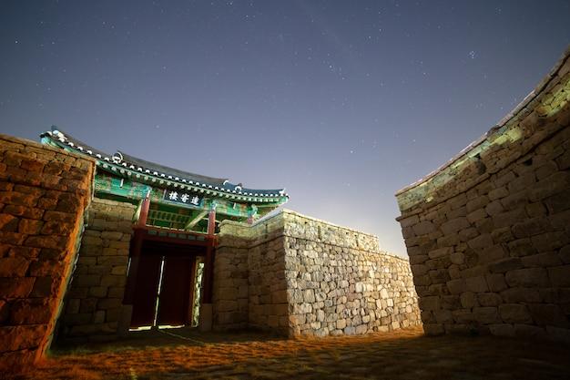 Nocny widok na tradycyjny koreański zamek