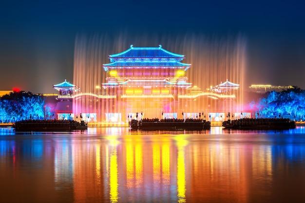 Nocny widok na wieżę ziyun, jest to słynny starożytny budynek w xi'an w chinach.