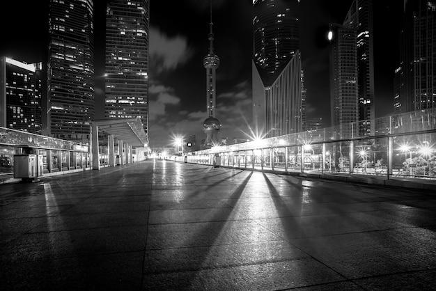 Nocny widok pustej cegły podłodze przed nowoczesnym budynku