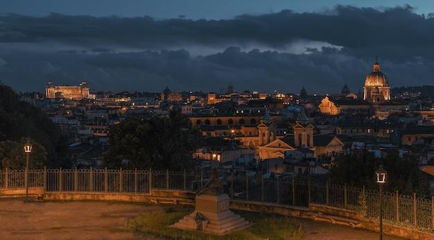 Nocny widok rzymskich dachów z parku publicznego pincian hill villa borghese ogrody rzym włochy