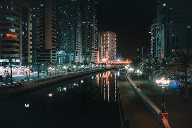 Nocny widok sharjah. zea piękny nocny widok nowoczesnej dzielnicy biznesowej sharjah.