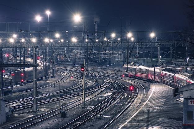 Nocny widok torów kolejowych