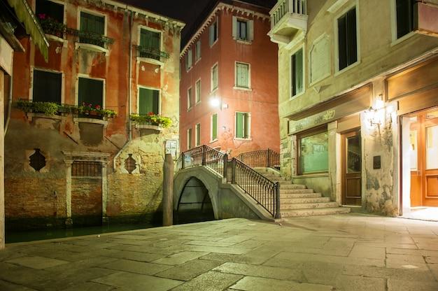 Nocny widok ulicy w wenecji