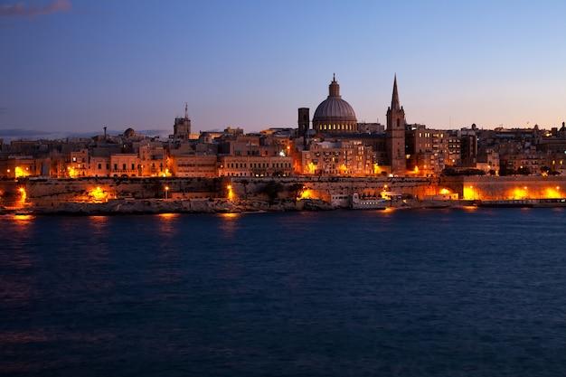 Nocny widok valletta na malcie