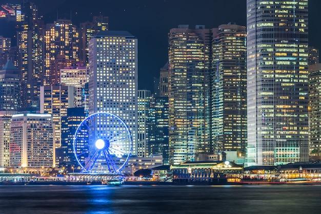 Nocny widok victoria harbour w hongkongu, architektury miejskiej