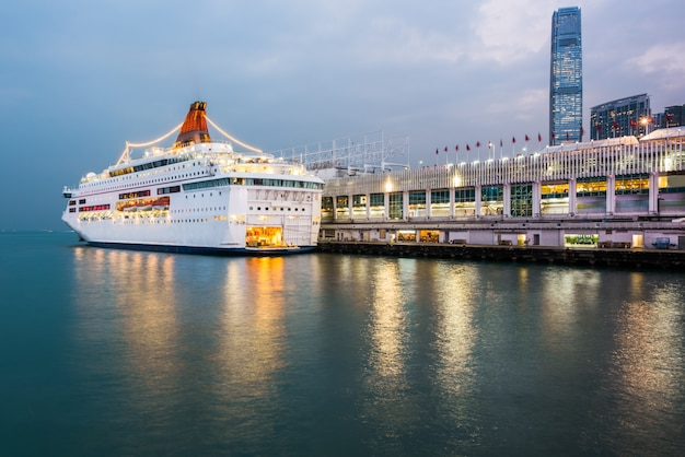 Nocny widok victoria harbour w hongkongu, statki wycieczkowe i doki, chiny