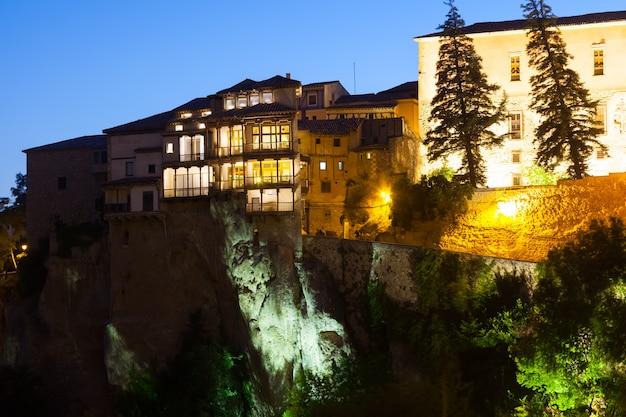 Nocny widok wiszących domów w cuenca