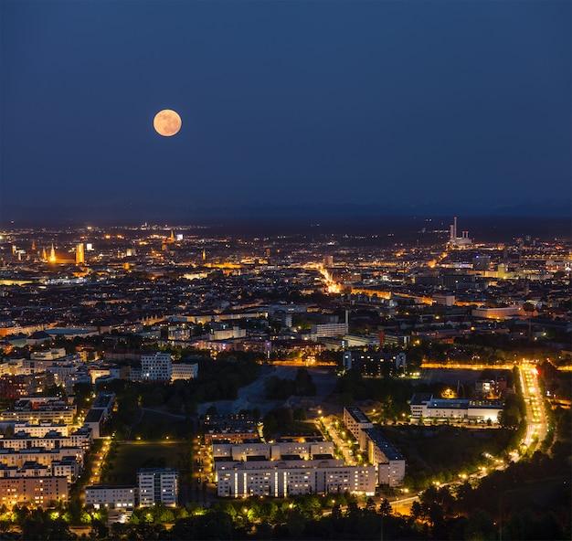 Nocny widok z lotu ptaka monachium, niemcy