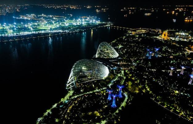 Nocny widok z lotu ptaka na ogrody singapuru w pobliżu marina bay