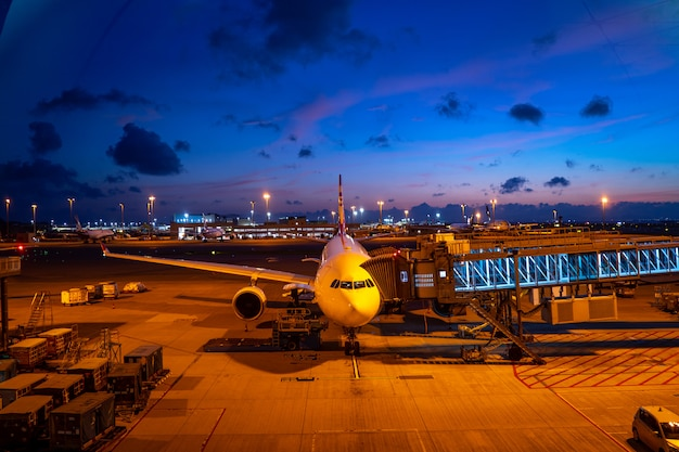 Nocny zmierzch na lotnisku z samolotem