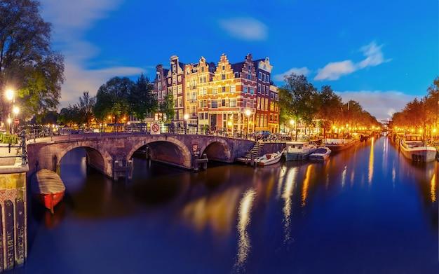 Nocy miasta widok amsterdam kanał i most
