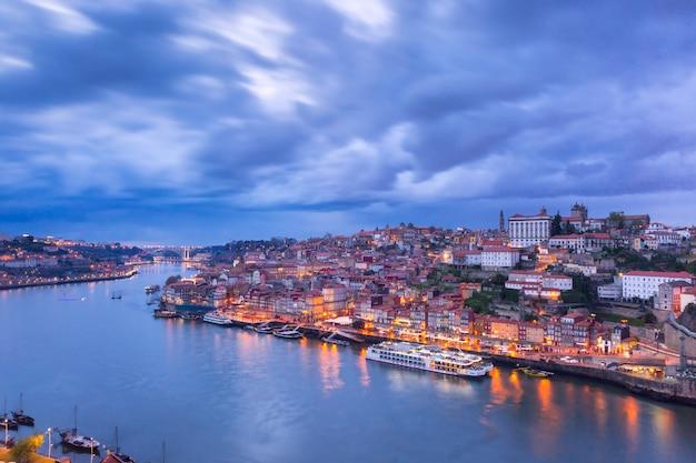 Nocy stary miasteczko i douro rzeka w porto, portugalia.