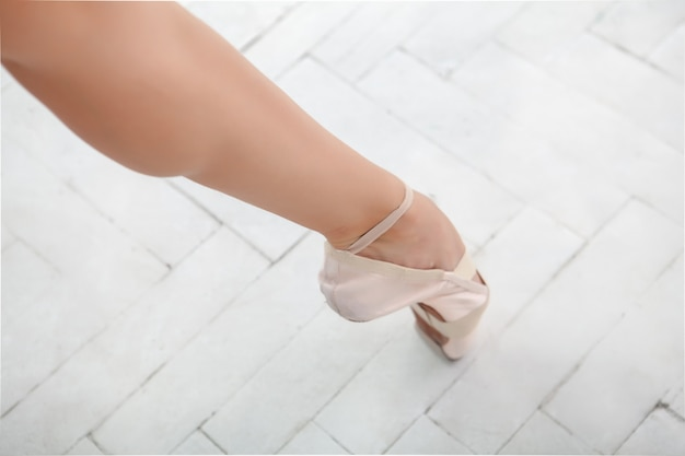Noga baleriny na białym tle