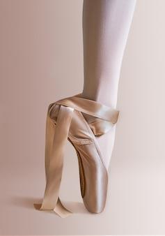 Noga baleriny w baletkach, zbliżenie