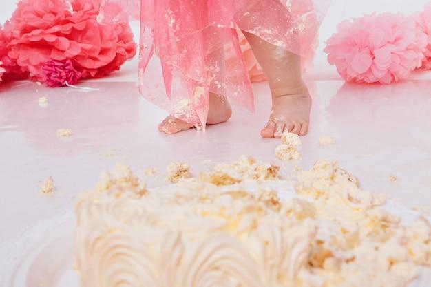 Noga dziecka była pokryta jedzeniem z bliska. przyjęcie urodzinowe