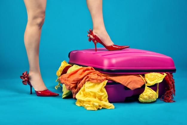 Noga pani na wypchanej walizce