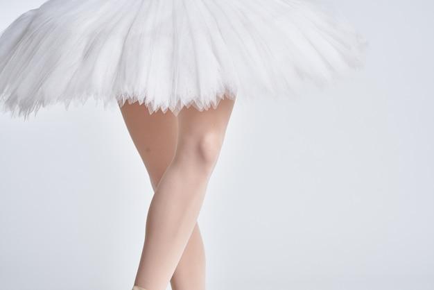 Nogi baleriny i tutu na białym tle