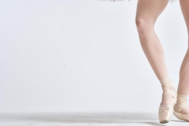 Nogi baleriny w pointe buty na białym tle