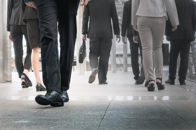 Nogi biznesmena idą do przodu jako znakomite