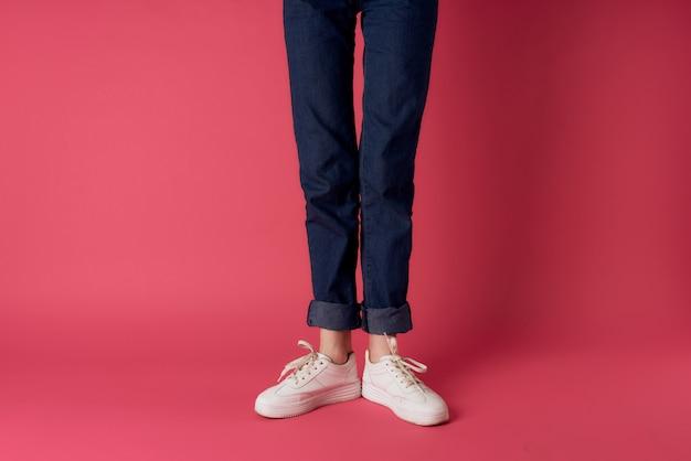 Nogi damskie jeansowe białe trampki