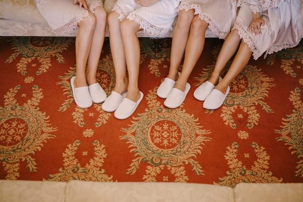 Nogi druhen w szlafrokach i kapciach