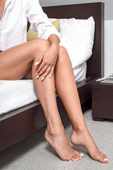 Nogi dziewczyny w sypialni