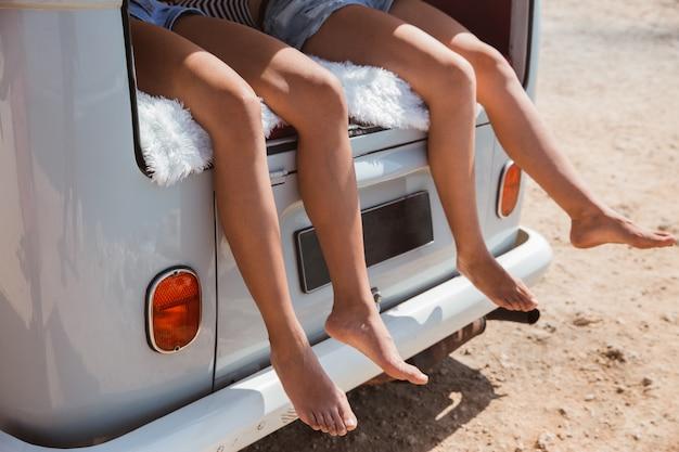 Nogi kobiet w retro van