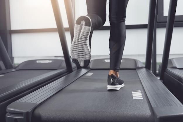 Nogi kobieta biegająca na bieżni