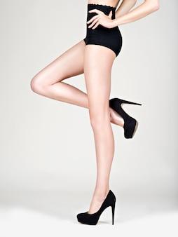 Nogi kobieta wysoki obcas fason, czarne majtki - studio