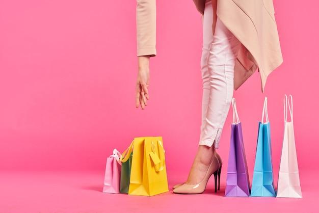 Nogi kobiety i torby na zakupy
