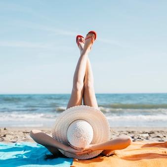 Nogi kobiety na plaży