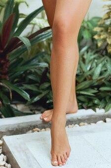 Nogi kobiety w łazience. pielęgnacja urody i ciała.