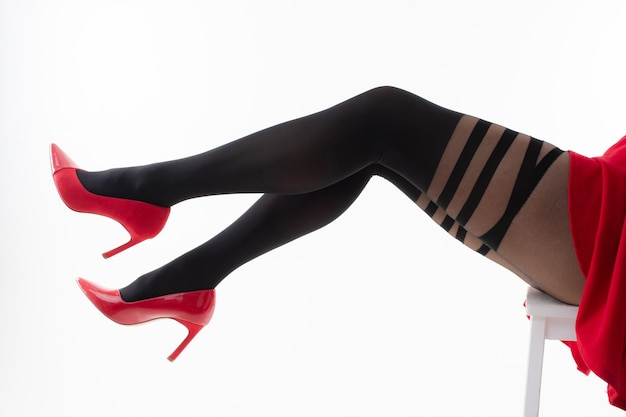 Nogi kobiety w rajstopach na wysokich obcasach