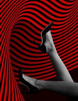 Nogi kobiety z czarnymi obcasami w górę makieta reklamy społecznej w powietrzu