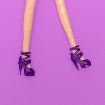 Nogi lalki w stylowych butach na obcasie. moda minimalna płaska sztuka świecka
