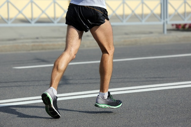 Nogi lekkoatleta biegnący na dystansie maratonu