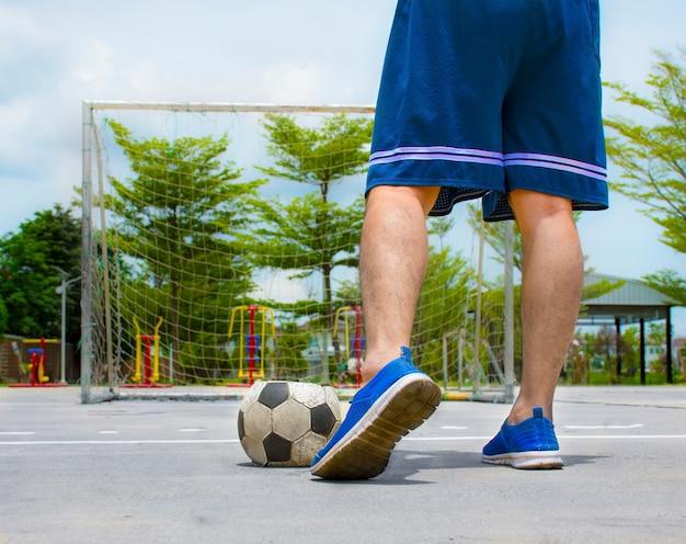 Nogi ludzi i butów grają w starego futbolu
