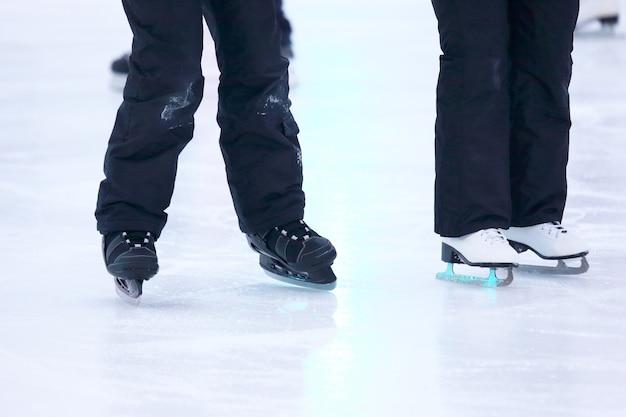 Nogi mężczyzny jeżdżącego na łyżwach po lodowisku