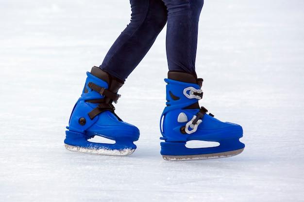 Nogi mężczyzny na łyżwach na lodowisku. hobby i sport. wakacje i zajęcia zimowe