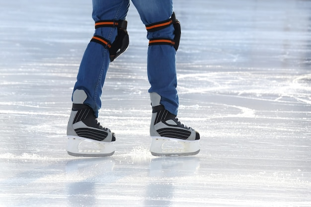 Nogi mężczyzny na łyżwach na lodowisku
